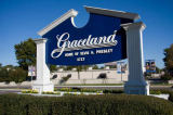 Beate Münter (F1 Online) - Sign in front of the Graceland estate, Memphis, Tennessee, USA, low angle view