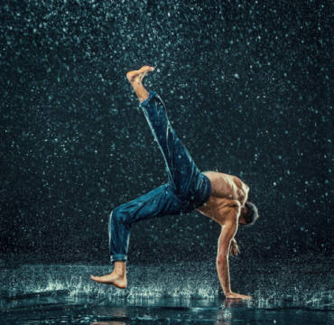 The male break dancer in water. von Künstler Volodymyr Melnyk als gerahmtes Bild